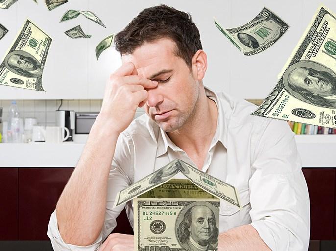 كثيرين يقعون في مأزق مالي وتخنقهم الديون بسبب عدم انتباههم لطبيعة مصاريفهم(غيتي-الجزيرة)