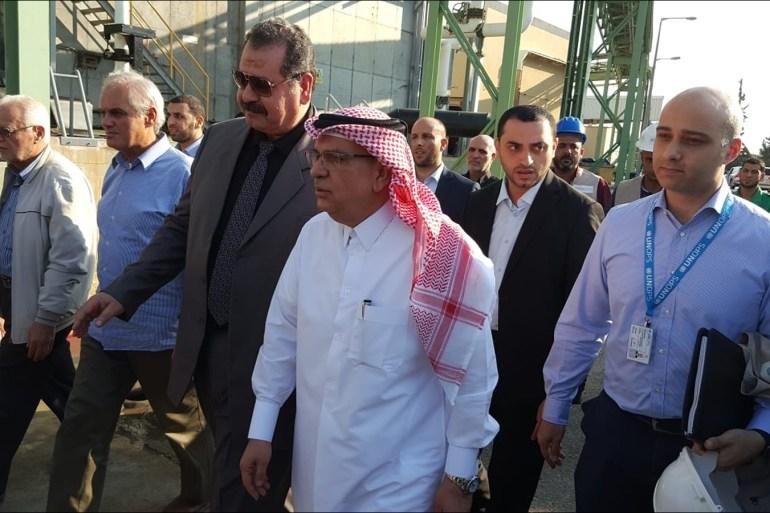 السفير محمد العمادي (وسط) خلال زيارة سابقة إلى قطاع غزة (الجزيرة)