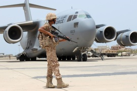 A soldier from the United Arab Emirates stands guard next to a UAE military plane at the airport of Yemen's southern port city of Aden August 8, 2015. Soldiers from the United Arab Emirates, at the head of a Gulf Arab coalition fighting Iran-allied Houthi forces in Yemen, are preparing for a long, tough ground war from their base in the southern port of Aden. Picture taken August 8, 2015.   REUTERS/Nasser Awad