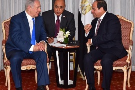 Egyptian President Abdel Fattah al-Sisi (R) speaks with Israeli Prime Minister Benjamin Netanyahu (L) during their meeting as part of an effort to revive the Middle East peace process ahead of the United Nations General Assembly in New York, U.S., September 19, 2017 in this handout picture courtesy of the Egyptian Presidency. The Egyptian Presidency/Handout via REUTERS ATTENTION EDITORS – THIS IMAGE WAS PROVIDED BY A THIRD PARTY