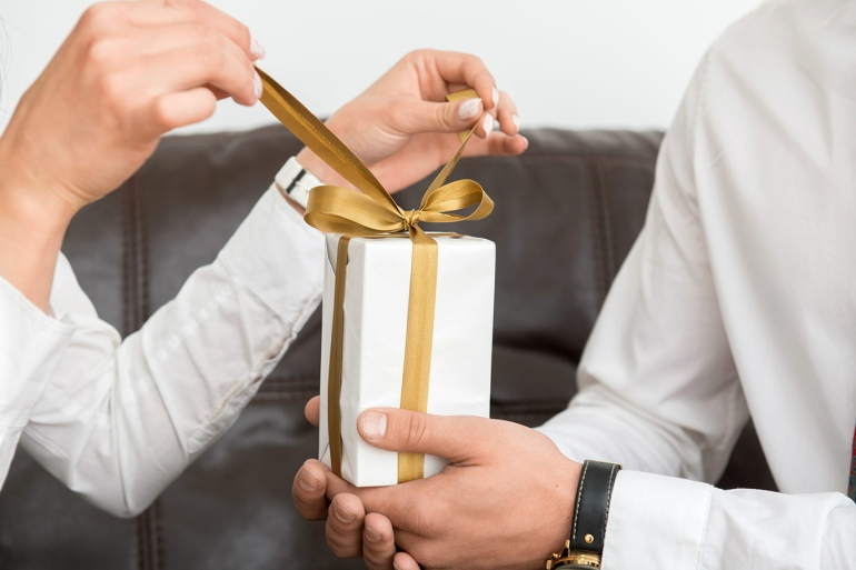 للأزواج والزوجات هدايا غير تقليدية وبميزانية بسيطة في يوم الحب