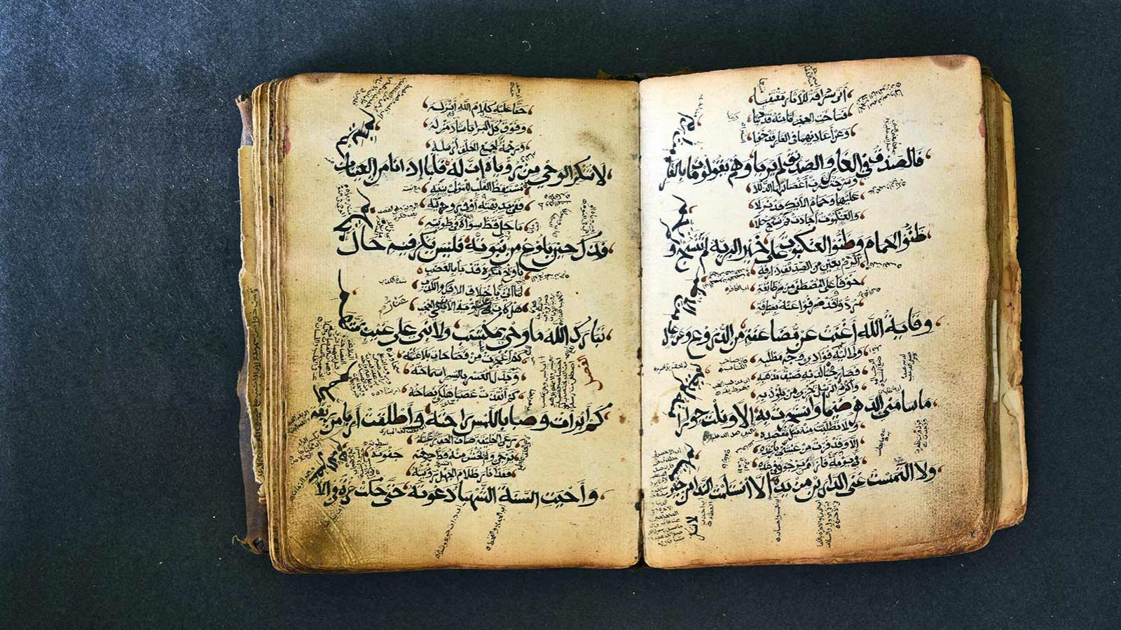 يهودي يكتب القرآن ومسيحي ينسخ تفسير الطبري ومؤلفات بخطوط نسائية.. الوراقون وصناعة الكتاب في الحضارة الإسلامية 078f6a66-c820-4023-9f98-64827f8279e0
