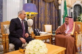 Saudi Arabia's King Salman bin Abdulaziz meets with Libyan military commander Khalifa Haftar in Riyadh, Saudi Arabia March 27, 2019. Bandar Algaloud/Courtesy of Saudi Royal Court/Handout via REUTERS ATTENTION EDITORS – THIS PICTURE WAS PROVIDED BY A THIRD PARTY.