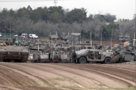 epa07470942 Israeli stand near their Merkava tanks at a gathering point next to the Israeli border with Gaza, 29 March 2019. High tensions prevail on the Gaza border between Israel and Hamas before the anniversary of the Great March of Return. EPA-EFE/ATEF SAFADI