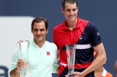 MIAMI GARDENS, FLORIDA – MARCH 31: Roger Federer of Switzerland and John Isner pose for photographers at the trophy ceremony during the men's final of the Miami Open Presented by Itau at Hard Rock Stadium March 31, 2019 in Miami Gardens, Florida.  Matthew Stockman/Getty Images/AFP== FOR NEWSPAPERS, INTERNET, TELCOS & TELEVISION USE ONLY ==