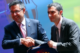 FC Barcelona's new coach Ernesto Valverde and President Josep Maria Bartomeu (L) shake hands at the Camp Nou stadium in Barcelona, Spain June 1, 2017. REUTERS/Albert Gea