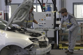 Employees work in the new Renault factory in Oran, west of Algiers November 10, 2014. French carmaker Renault said on Monday it was targeting annual production capacity of 25,000 vehicles at a new plant in Oran, Algeria, and that it was considering increasing this to 75,000 vehicles. Renault, which said it was Algeria's biggest carmaker with a market share of more than 25 percent, owns 49 percent of the plant and has made an initial investment of 50 million euros ($62 million), it said in a statement following its inauguration. REUTERS/Louafi Larbi (ALGERIA – Tags: TRANSPORT BUSINESS POLITICS EMPLOYMENT INDUSTRIAL)