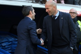 Soccer Football – La Liga Santander – Real Madrid vs FC Barcelona – Santiago Bernabeu, Madrid, Spain – December 23, 2017   Barcelona coach Ernesto Valverde and Real Madrid coach Zinedine Zidane shake hands before the match    REUTERS/Sergio Perez