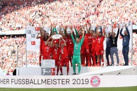MUNICH, GERMANY – MAY 18: Rafinha, Franck Ribery and Arjen Robben of Bayern Munich lift the trophy following the Bundesliga match between FC Bayern Muenchen and Eintracht Frankfurt at Allianz Arena on May 18, 2019 in Munich, Germany. (Photo by Adam Pretty/Bongarts/Getty Images)