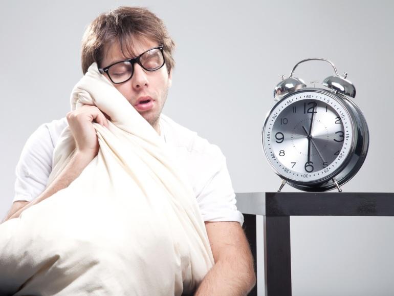 هل تعاني من الاكتئاب الصباحي و المزاج السيئ عند الاستيقاظ ما أسبابه و كيف تتخلص منه التخلص من الاكتئاب الصباحي أعراض الاكتئاب الصباحي
