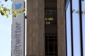 The Twitter logo is pictured at its headquarters on Market Street in San Francisco, California April 29, 2014. The company is to report first quarter earnings after market close. REUTERS/Robert Galbraith  (UNITED STATES – Tags: BUSINESS LOGO)