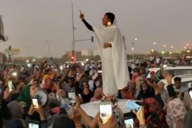 """""""كنداكة"""" الثورة السودانية.. آلاء صالح وأخواتها في مواكب التغيير (الجزيرة)"""