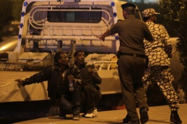 Members of Saudi security forces detain Ethiopian workers during a riot in Manfouha southern Riyadh November 9 2013. Thousands of mostly African workers gathered in Riyadh on Sunday seeking repatriation after two people were killed in overnight rioting that followed a visa crackdown by Saudi authorities. One of those killed was a Saudi said a government statement and the other was not identified. An Ethiopian man was killed in a visa raid last week. Ethiopia's foreign minister condemned the deaths and told Reuters his government was working to bring its citizens home. Hundreds of foreign workers clashed with police on Saturday night and into Sunday in Manfouha a poor district of southern Riyadh where many low-income expatriates live. Picture taken November 9 2013. REUTERS/Faisal Al Nasser (SAUDI ARABIA – Tags: SOCIETY IMMIGRATION CIVIL UNREST POLITICS)