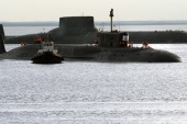 epa01791127 A photograph amde available on11July 2009, shows Russian submarine Yuri Dolgoruky (C) returning to the port of the Sevmash plant after the test trip, Severodvinsk, Russia, 10 July 2009. Yury Dolgoruky is the fourth generation submarine, first of the Borei class. On 13 February 2008 Yuriy Dolgorukiy was launched from its floating dock, the submarine's reactor was first activated on 21 November 2008, and submarine began its sea trials on 19 June 2009. EPA/PAVEL KONONOV EDITORIAL USE ONLY