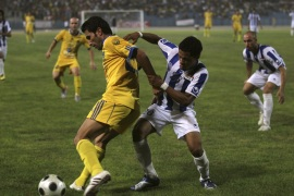 Amjad Walid (L) of Dahuk and Thamer Fouad of al-Talaba fight for the ball during the final match of the Iraqi soccer league in Baghdad's Shaab Stadium September 4, 2010.   REUTERS/Mohammed Ameen (IRAQ – Tags: SPORT SOCCER)