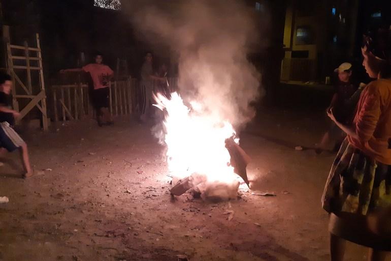 القفز فوق النار من عادات المغاربة في أيام عاشوراء (الجزيرة)