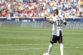 HARRISON, NJ – JULY 28: Alex Sandro #12 of Juventus celebrates his game winning goal in penalty kicks against Benfica during the International Champions Cup 2018 match between Benfica and Juventus at Red Bull Arena on July 28, 2018 in Harrison, New Jersey.   Adam Hunger/Getty Images/AFP== FOR NEWSPAPERS, INTERNET, TELCOS & TELEVISION USE ONLY ==