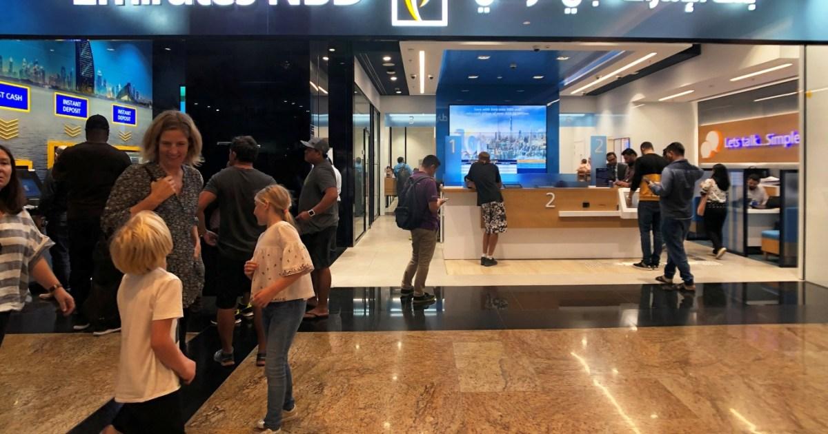 البنوك الإماراتية تُسرِّح 930 موظفا وتغلق 49 فرعا