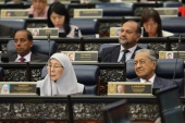 Malaysian Budget 2020- – KUALA LUMPUR, MALAYSIA – OCTOBER 11: Malaysia Deputy Prime Minister, Wan Azizah Wan Ismail (L) and Malaysia Prime Minister, Mahathir Mohammad (R) attend the presentation of the Malaysian Budget for 2020 at the Parliament House of Malaysia, Kuala Lumpur on October 11, 2019.