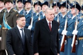 Ukrainian President Volodymyr Zelenskiy and Turkish President Tayyip Erdogan review the honor guard during a welcoming ceremony at the Mariyinsky Palace in Kiev, Ukraine February 3, 2020. REUTERS/Gleb Garanich