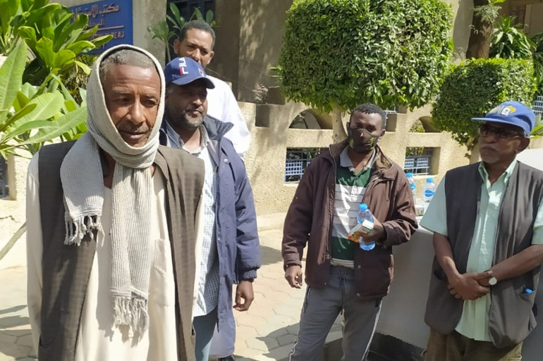 بعد تفاقم أوضاعهم.. العالقون السودانيون في مصر يطالبون حمدوك بالتدخل