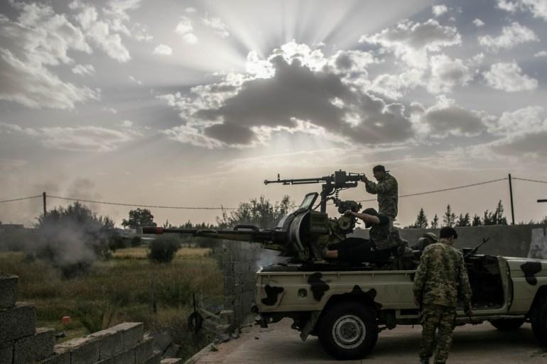 مقاتلون من قوات حكومة الوفاق في أحد محاور الاشتباك بطرابلس