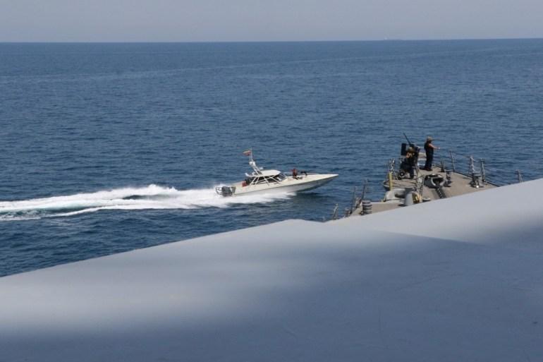 وول ستريت جورنال: زوارق إيرانية تحرشت بسفينتين أميركيتين بالخليج مطلع الشهر الجاري