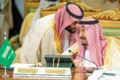الصحيفة تقول إن ولي العهد السعودي أراد أن يوقع اتفاق التطبيع مع إسرائيل إلا أن الملك سلمان (يمين) عارض ذلك (رويترز)