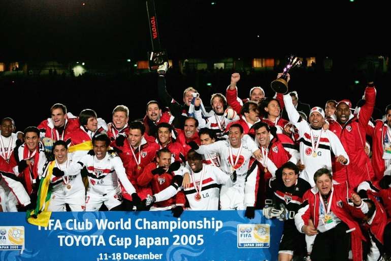 دونيزيتي يرفع كأس العالم للأندية مع فريقه (مواقع التواصل)