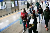 SAO PAULO, BRAZIL – MAY 04: Passengers wearing face masks leave a subway car amidst the coronavirus (COVID-19) pandemic on May 4, 2020 in Sao Paulo, Brazil. The use of protective masks against the coronavirus (COVID-19) becomes mandatory in the public transport of Sao Paulo State. The measure applies to the subway, trains, and buses. According to the Brazilian Health Ministry, Brazil has 105.222 positive cases of coronavirus (COVID-19) and a total of 7.288 deaths. (Photo by Alexandre Schneider/Getty Images)