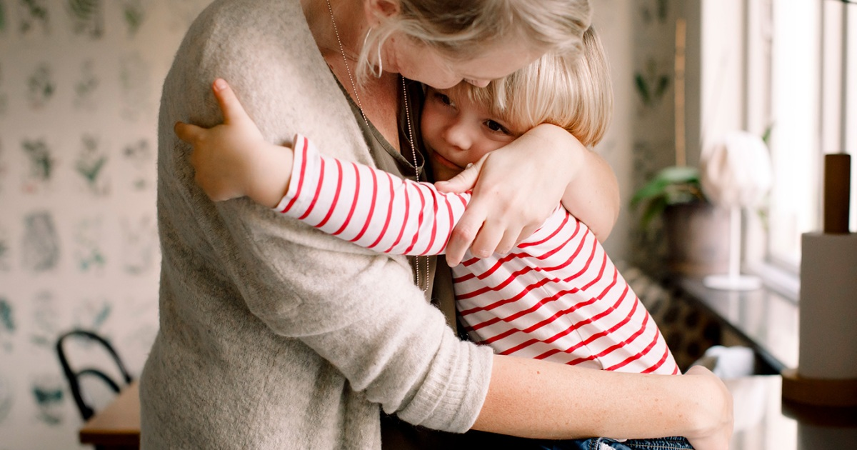 كم حضنا يحتاج طفلك يوميا ما لا تعرفينه عن أهمية العناق