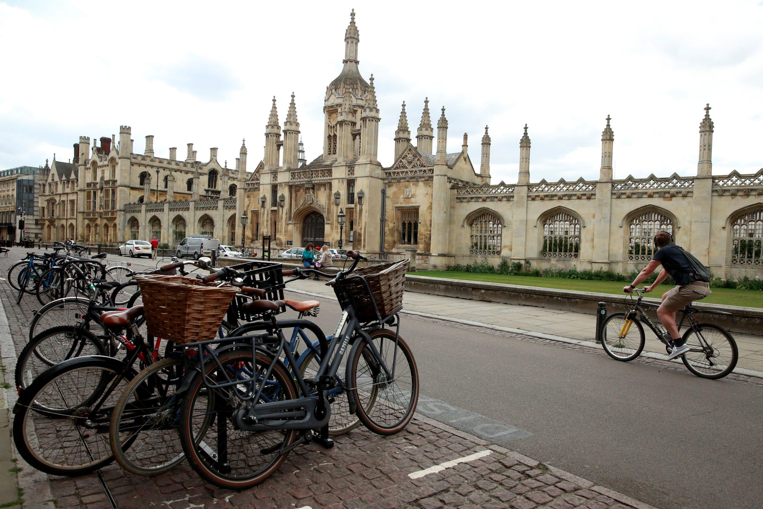بسبب كورونا جامعة كامبريدج البريطانية تقدم محاضراتها للطلاب عبر