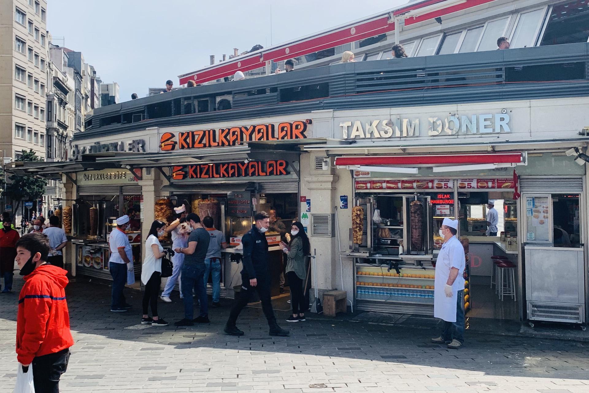 رواد المطاعم توافدوا على المأكولات الشعبية (الجزيرة)