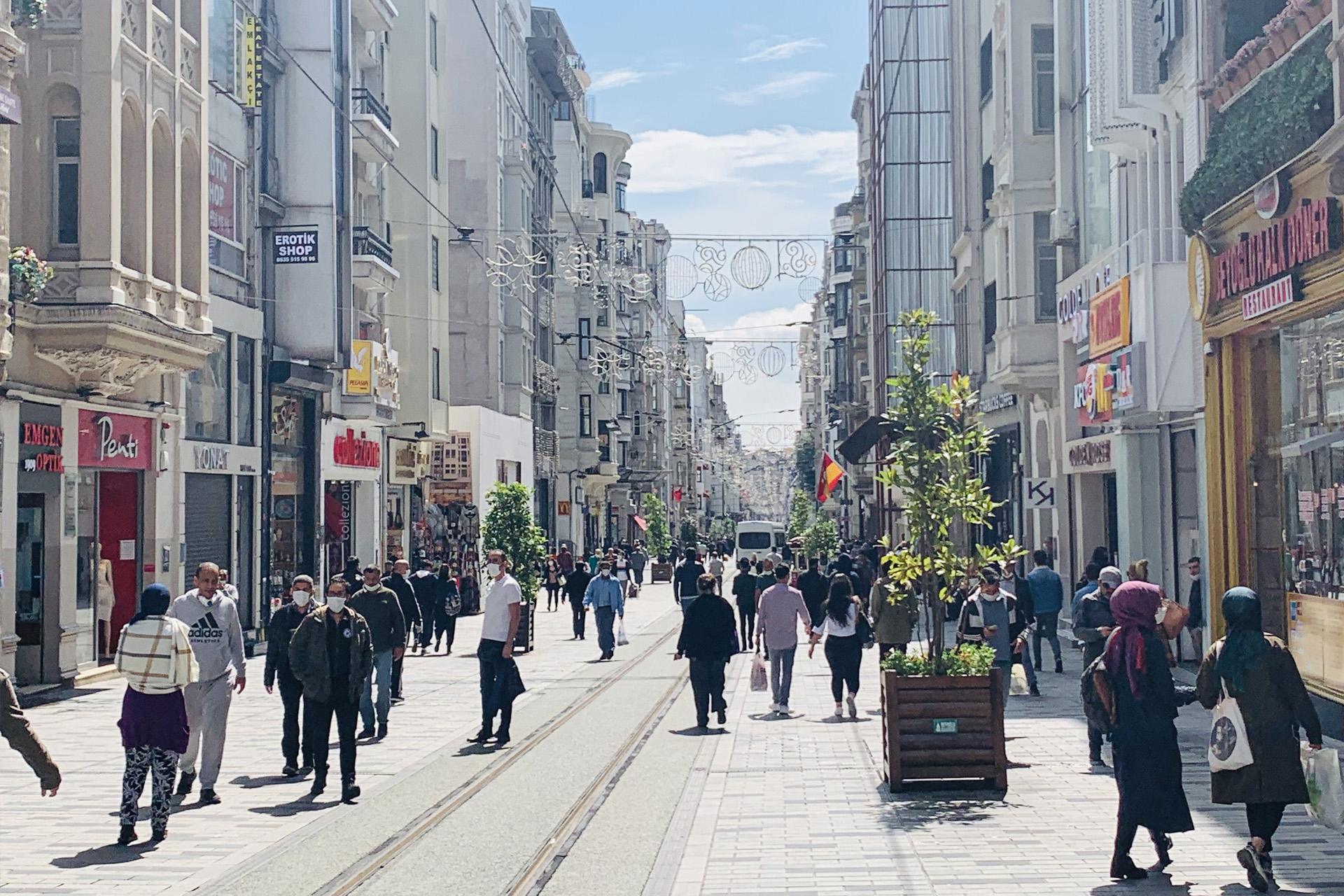 في أحد شوارع إسطنبول (الجزيرة)