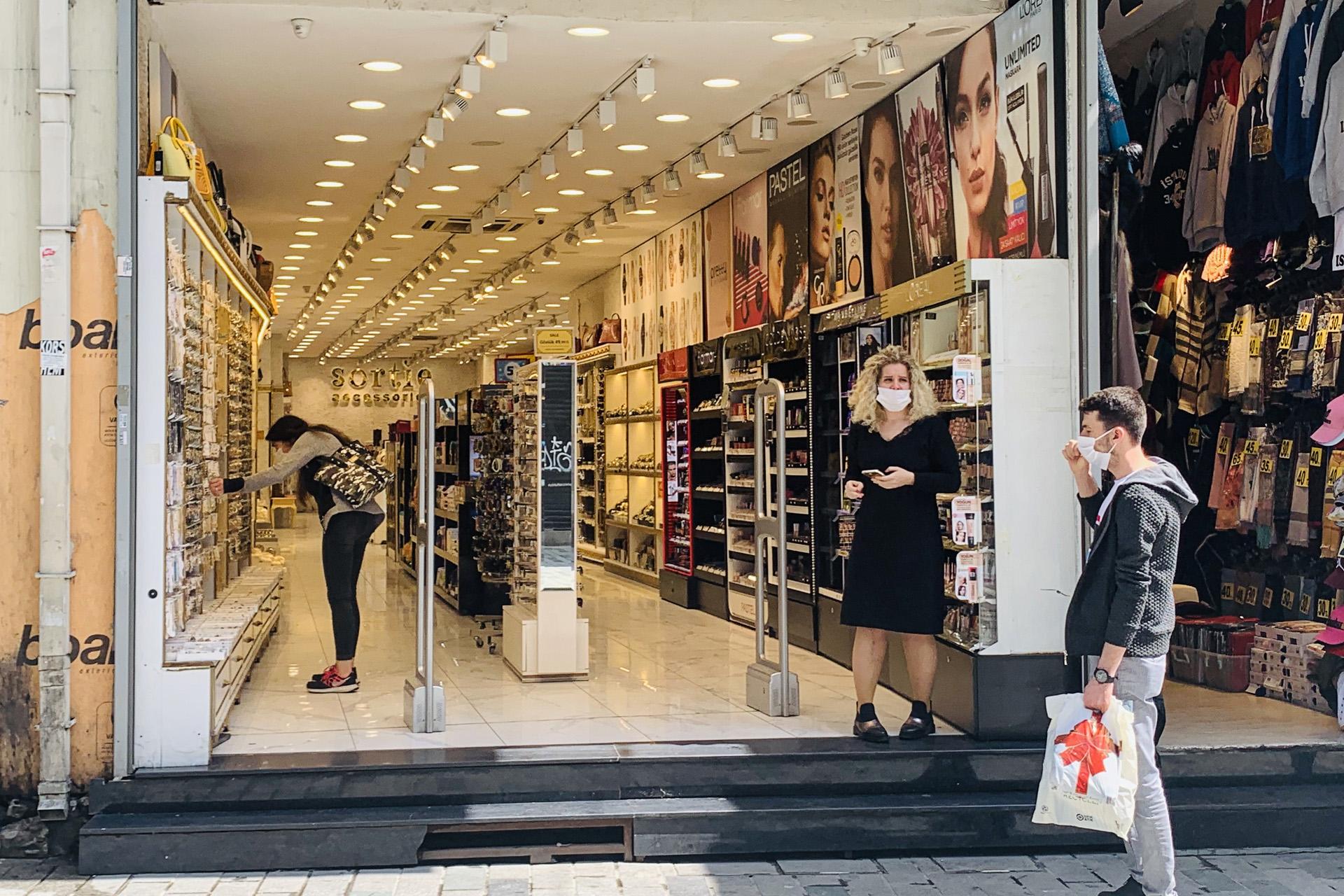 مراكز التسوق فتحت أبوابها مجددا (الجزيرة)