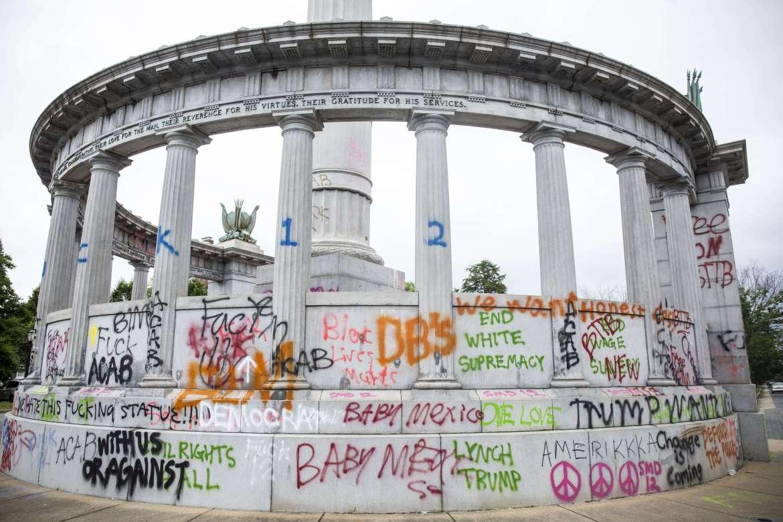 قاعدة تمثال رئيس الولايات الكونفدرالية الأميركية خلال الحرب الأهلية جيفرسون ديفيز في ريتشموند بولاية فرجينيا بعدما حطمه المتظاهرون وكتبوا عبارات تندد بالعنصرية وعنف الشرطة في محيطه