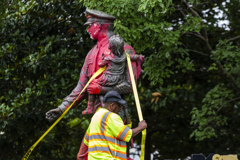 عمال يزيلون تمثال الشرطة التذكاري في ريتشموند بولاية فيرجينيا بعد أن صبغه المتظاهرون باللون الأحمر