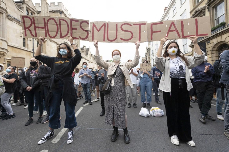 احتجاجات خارج كلية أوريل بجامعة أكسفورد في لندن تطالب بإزالة تمثال لسيسيل جون رودس الذي شغل منصب رئيس وزراء مستعمرة كيب بين عامي 1890 و1896، من الشارع الرئيسي والباب الأمامي للجامعة