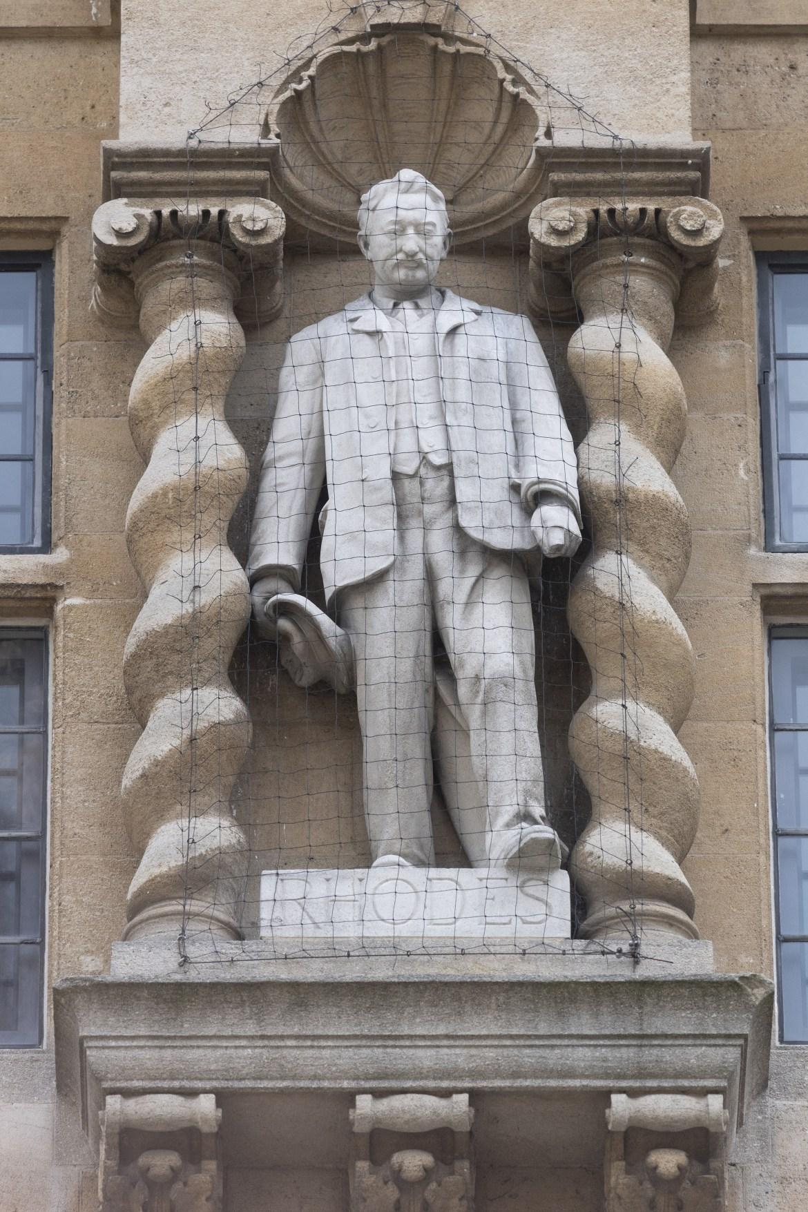 تمثال لسيسيل جون رودس على الباب الأمامي للجامعة