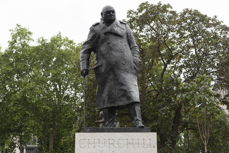 الجماعات المناهضة للعنصرية في بريطانيا تطالب بإزالة تمثال ونستون تشرشل من ساحة البرلمان في لندن، وقامت بتلطيخه أثناء احتجاجاتها الأخيرة