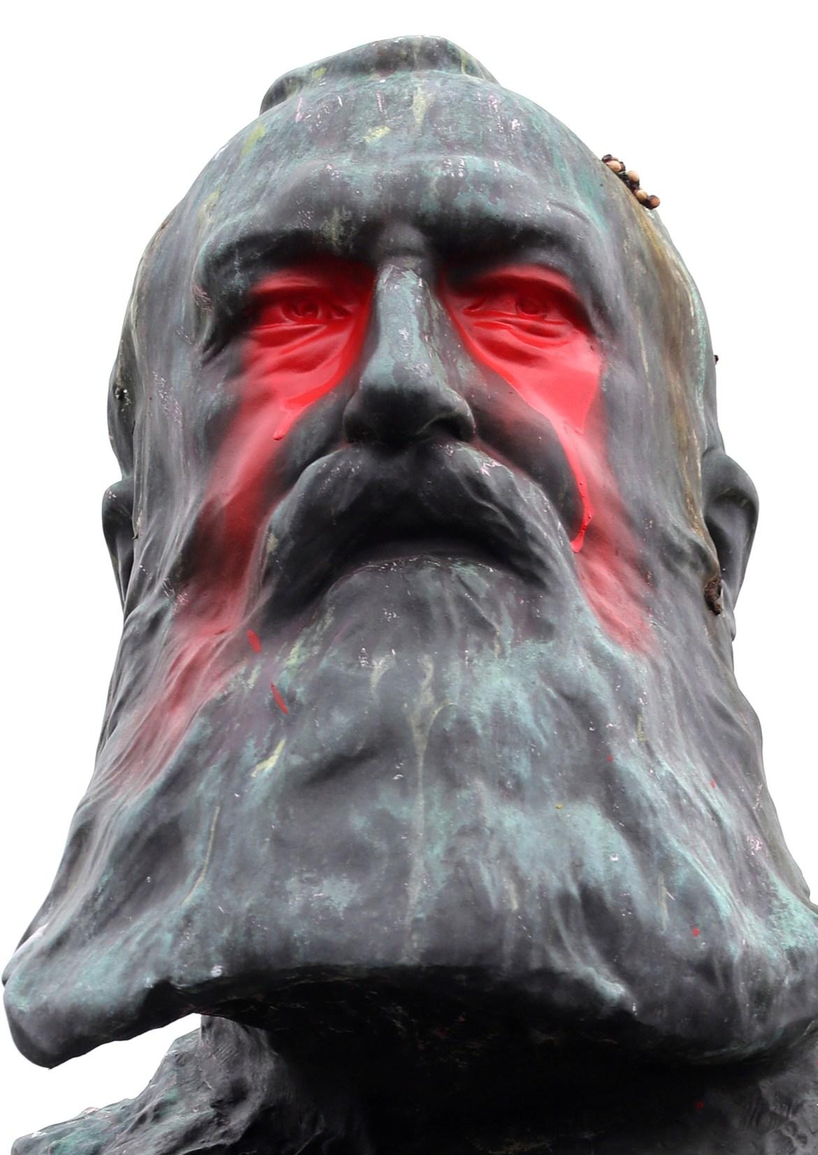 .. هكذا بدا وجه تمثال الملك