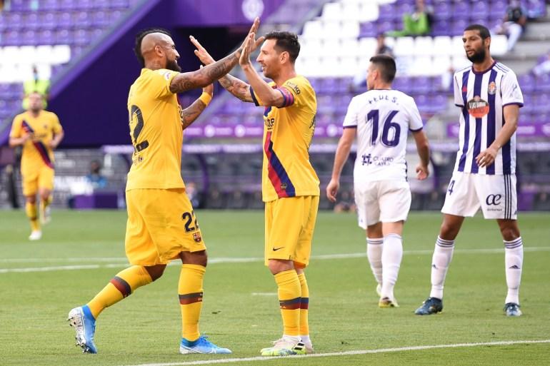 فيدال (يسار) يحتفل بهدف الفوز لبرشلونة مع ميسي (غيتي)