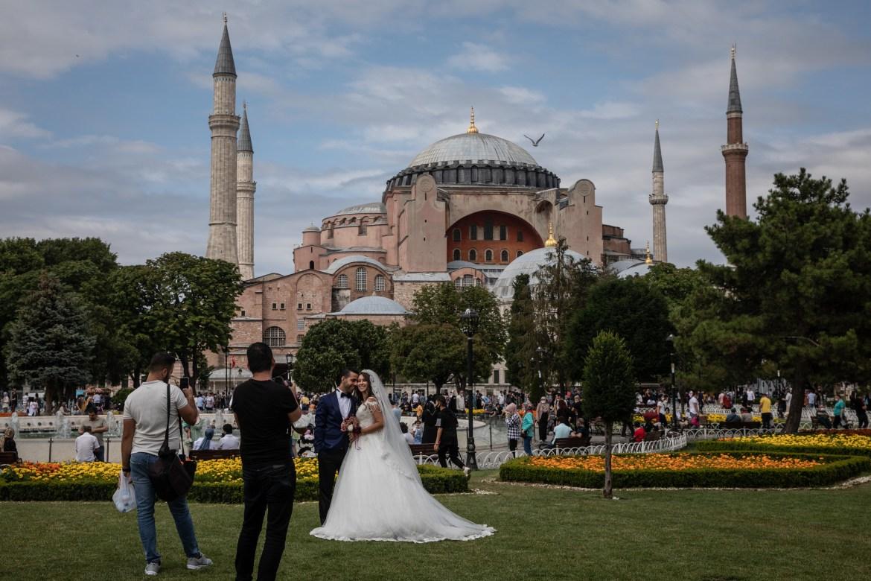 عروسان اختارا المناسبة للاحتفال بزفافهما في ساحة آيا صوفيا (غيتي)