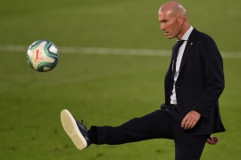 زيدان يداعب الكرة خلال إحدى مباريات ريال مدريد (غيتي)