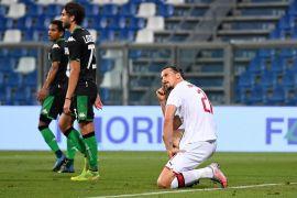 إبراهيموفيتش غريب الأطوار وإحدى حركاته خلال المباراة (غيتي)