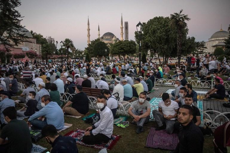آلاف المصلينن من تركيا وخارجها حرصوا على أداء الصلاة في مسجد آيا صوفيا للمرة الأولى منذ 86 عاما (غيتي)
