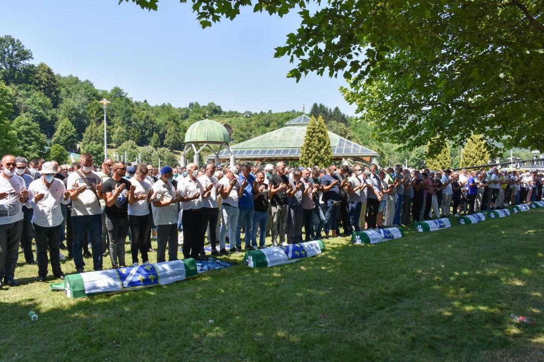 المئات شاركوا في صلاة الجنازة على 9 من الضحايا تم التعرف على هوياتهم (الأناضول)