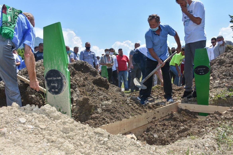القوات الصربية ألقت جثث الآلاف من سكان سربرنيتسا في مقابر جماعية منتشرة بأنحاء شرق البوسنة (الأناضول)