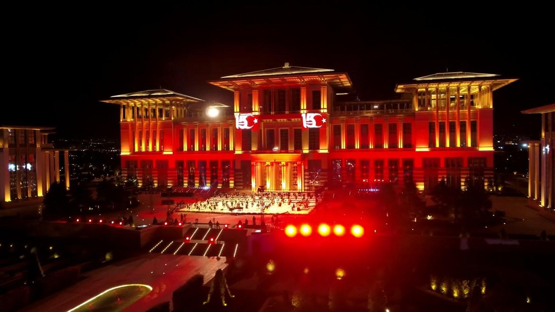 المجمع الرئاسي في أنقرة أضيئ بلون العلم التركي (الأناضول)