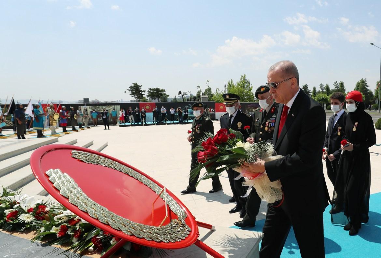 الرئيس التركي رجب طيب أردوغان يضع إكليلا من الزهور على النصب التذكاري للضحايا الذين سقطوا في المحاولة الانقلابية الفاشلة (الأناضول)